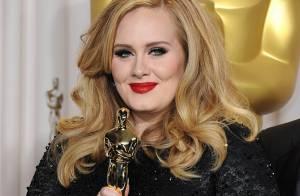 Adele : Consacrée par Elizabeth II après le triomphe aux Oscars