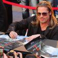 Brad Pitt signe des autographes à la première du film World War Z à New York, le 17 Juin 2013.