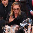 Brad Pitt face aux fans à la première du film World War Z à New York, le 17 Juin 2013.
