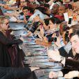 Brad Pitt aux autographes à la première du film World War Z à New York, le 17 Juin 2013.