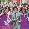 Darren Criss avec les fans à la première du film Imogene en clôture du Champs-Elysées Film Festival à Paris, le 18 juin 2013.