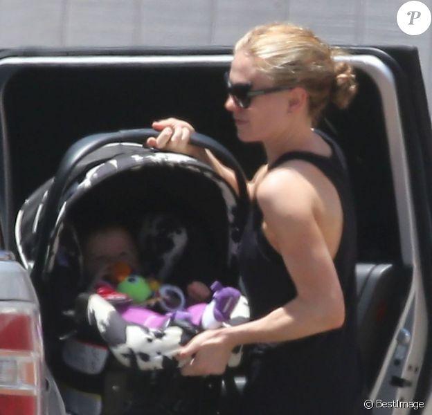 Exclusif - Anna Paquin de sortie avec ses jumeaux, Charlie et Poppy, à Los Angeles le 19 juin 2013.