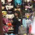 Khloe et Kourtney Kardashian font du shopping à Malibu, suivies par les caméras de leur émission de télé-réalité, Keeping up with the Kardashians. Le 20 juin 2013.
