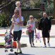 Eric Dane en plein sport dans un parc de Bevery Hills, rejoint par sa femme Rebecca Gayheart et ses deux filles : Billie et Georgia, le samedi 22 juin 2013.