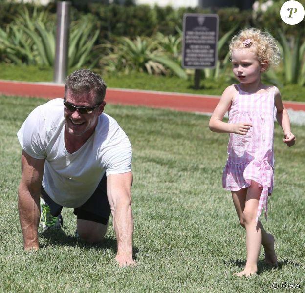 Le comédien Eric Dane en plein fitness dans un parc de Bevery Hills, rejoint par sa femme Rebecca Gayheart et ses deux filles : Billie et Georgia, le samedi 22 juin 2013.