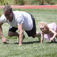 Eric Dane en plein fitness dans un parc de Bevery Hills, rejoint par sa femme Rebecca Gayheart et ses deux filles : Billie et Georgia, le samedi 22 juin 2013.