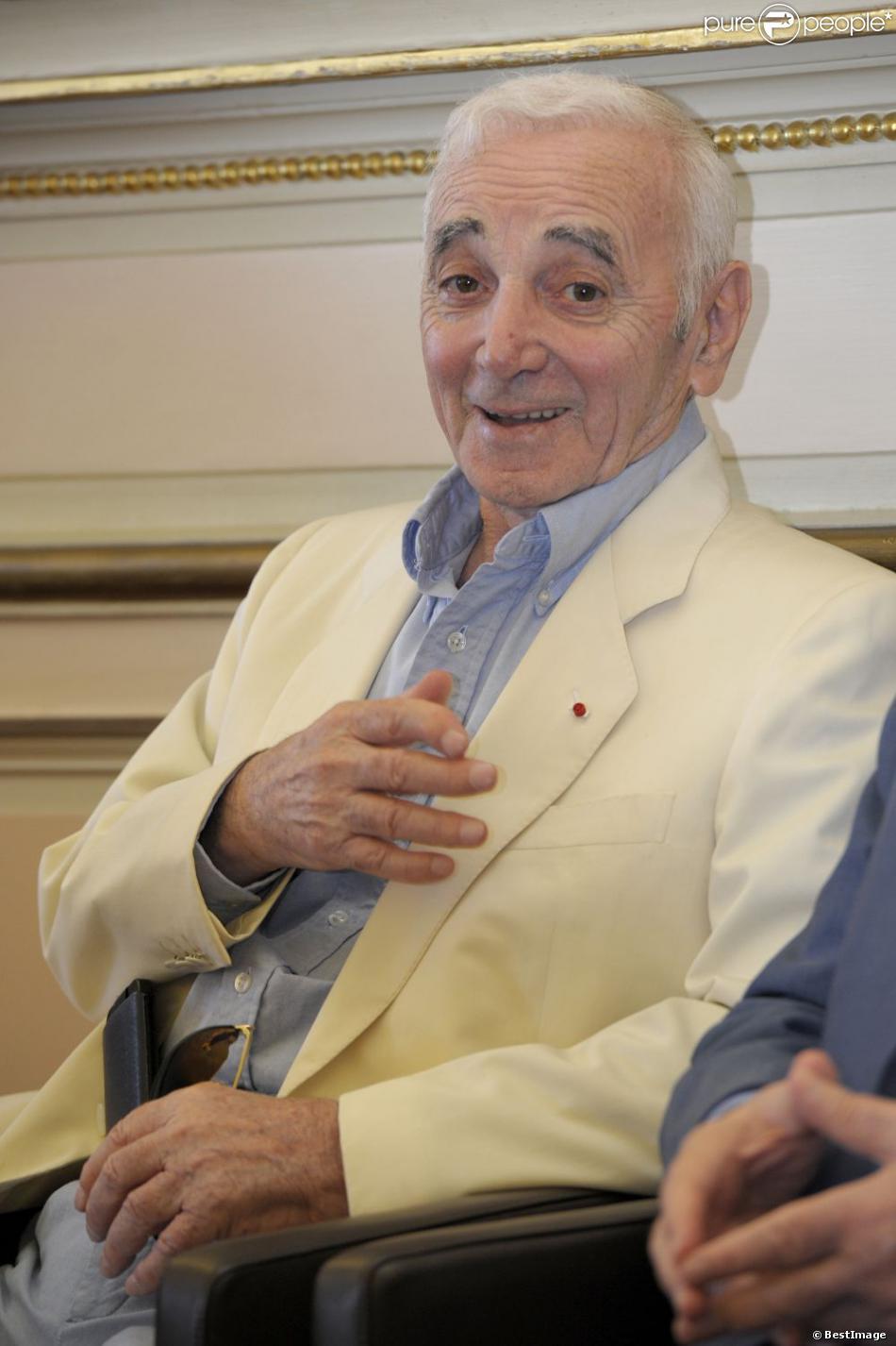 Charles Aznavour reçoit la médaille de citoyen d'honneur de Marseille par Jean-Claude Gaudin, maire de la ville. Le 21 juin 2013.