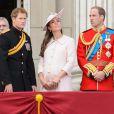 Le prince Harry, la duchesse de Cambridge Kate Middleton et le prince William lors des cérémonies de Trooping the Colour le 15 juin 2013 à Londres.