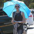 Gwen Stefani se protège du soleil avec un parapluie au cours d'une après-midi en famille aux Underwood Family Farms. Moorpark, le 6 juillet 2013.
