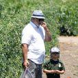 Zuma, 4 ans, cueille des fruits et légumes avec son grand-père Dennis Stefani. Moorpark, le 6 juillet 2013.