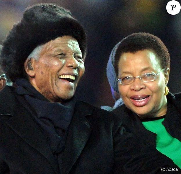 Nelson Mandela et sa femme Graça Machel à Johannesburg, le 11 juillet 2010.
