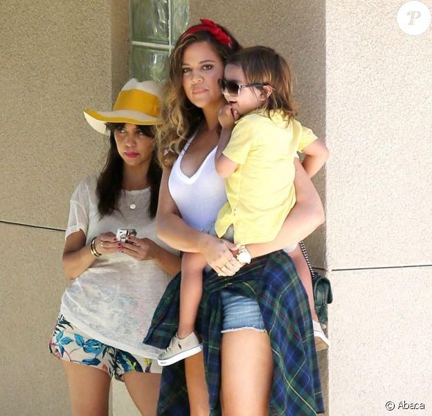 Les Américaines Kourtney et Khloe Kardashian sont allées chercher à l'école le fils de Kourtney, Mason. Les deux soeurs tournaient aussi des scènes pour leur télé-réalité Keeping Up With The Kardashians. A Malibu, le 9 juillet 2013.