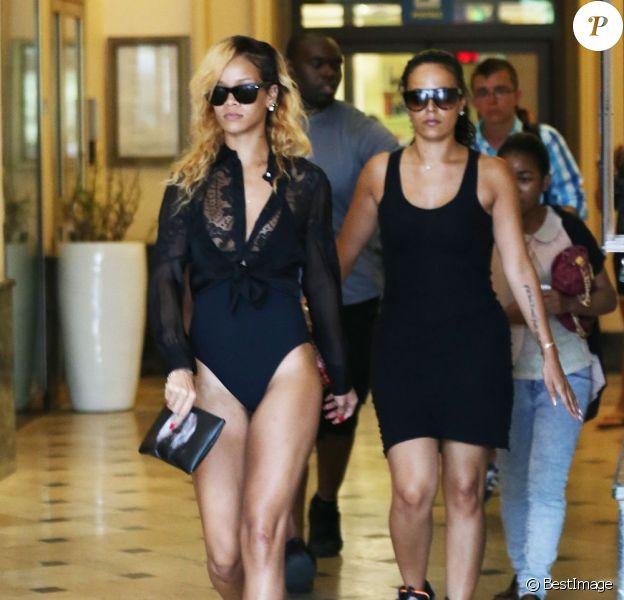Rihanna aperçue en train de faire du shopping en maillot de bain à Monaco avant de rejoindre son yacht, le 12 juillet 2013.