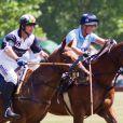 Zara Phillips, enceinte de son premier enfant, prenait part samedi 13 juillet 2013 à Tidworth, dans le Wiltshire, à un match de polo caritatif (The Rundle Cup), sous le regard de son mari le rugbyman Mike Tindall. L'occasion d'apercevoir un début de baby bump chez la petite-fille d'Elizabeth II.
