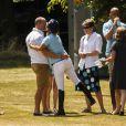 Un baiser au futur papa pour finir la partie en beauté. Zara Phillips, enceinte de son premier enfant, prenait part samedi 13 juillet 2013 à Tidworth, dans le Wiltshire, à un match de polo caritatif (The Rundle Cup), sous le regard de son mari le rugbyman Mike Tindall. L'occasion d'apercevoir un début de baby bump chez la petite-fille d'Elizabeth II.