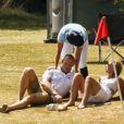 Allez, Mike, lève-toi fainéant ! Zara Phillips, enceinte de son premier enfant, participait le 13 juillet 2013 à Tidworth, dans le Wiltshire, à un match de polo caritatif (The Rundle Cup), sous le regard de son mari le rugbyman Mike Tindall. L'occasion d'apercevoir un début de baby bump chez la petite-fille d'Elizabeth II.