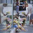 Devant l'hôtel Fairmont Pacific Rim à Vancouver où Cory Monteith a été retrouvé mort, le 13 juillet 2013. Des fans viennent y déposer des messages et des fleurs.