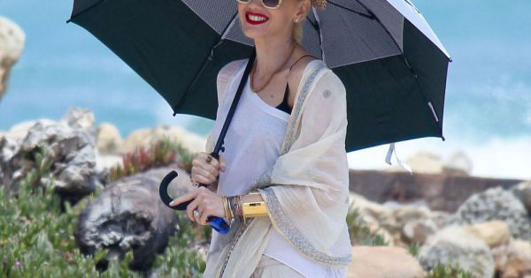 gwen stefani prot g e sous un parapluie passe l 39 apr s midi avec ses fils zuma et kingston la. Black Bedroom Furniture Sets. Home Design Ideas