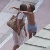Elizabeth Hurley : Bronzage en bikini avec son amoureux ou câlin avec son fils