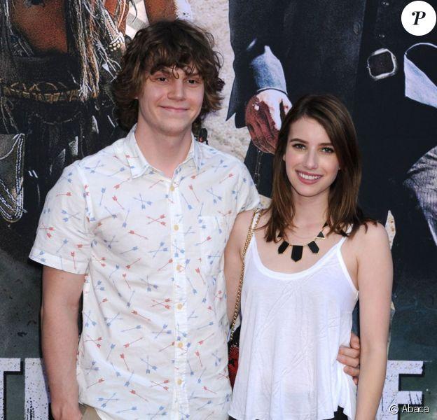 Emma Roberts et son boyfriend Evan Peters lors de leur dernière apparition ensemble à l'avant-première de Lone Ranger à Los Angeles, le 22 juin 2013.