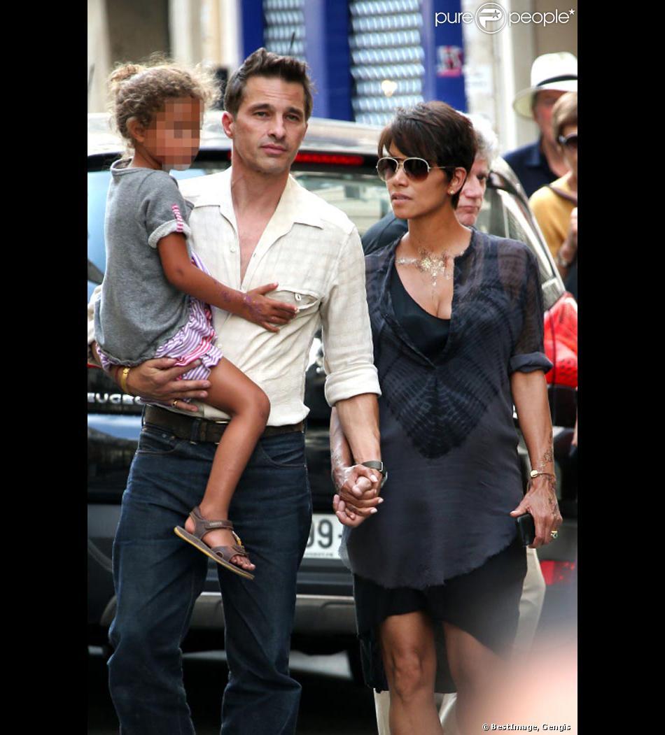 Photos exclusives : Halle Berry, Olivier Martinez, jeunes mariés, la petite Nahla faisant visiter le quartier de Saint-Germain-des-Près à leurs invités américains après leur mariage du 13 juillet 2013. Paris le 15 juillet 2013.