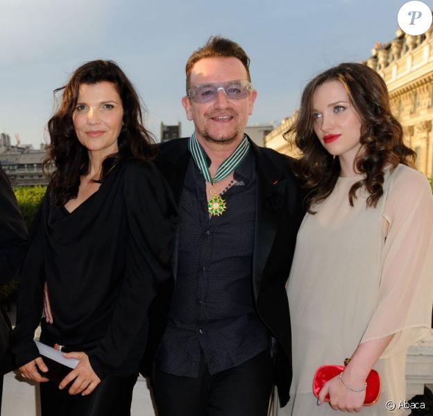 Bono, Alison Hewson et leur fille Eve au ministère de la Culture où Bono a reçu les insignes de Commandeur de l'ordre des Arts et des Lettres, à Paris le 16 juillet 2013.