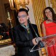 Bono au ministère de la Culture où il a reçu les insignes de Commandeur de l'ordre des Arts et des Lettres, à Paris le 16 juillet 2013.