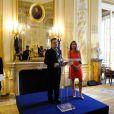Bono et Aurélie Filippetti au ministère de la Culture où il a reçu les insignes de Commandeur de l'ordre des Arts et des Lettres, à Paris le 16 juillet 2013.