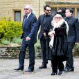 Barry Gibb, Robin-John Gibb et Dwina Gibb aux funérailles de Robin Gibben Angleterre, le 8 juin 2012.