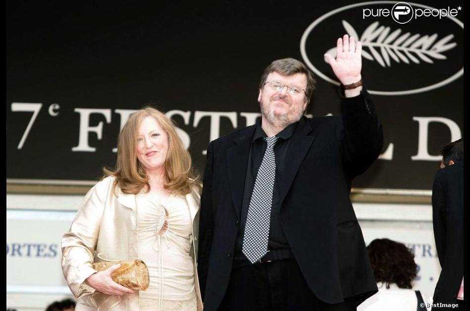 Michael Moore et sa femme productrice Kathleen Glynn, ici à Cannes en 2004, divorcent après 21 ans de mariage !