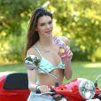 """Kendall Jenner prend la pose pour la marque de limonade """"Hubert's Lemonade"""" à Los Angeles, le 17 juillet 2013."""
