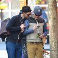 Le comédien Jesse Tyler Ferguson et son mari Justin Mikita dans les rues de New York le 6 mai 2013.