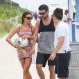Irina Shayk se détend sur une plage de Miami avec un ami. Le 21 juillet 2013.