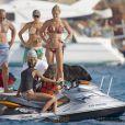 Bar Refaeli profite de vacances à bord d'un yacht avec ses amis. Formentera, en Espagne, le 21 juillet 2013.