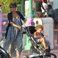 L'actrice Halle Berry, enceinte, emmène sa fille Nahla à Disneyland à Anaheim, le 22 juillet 2013.