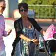 La jeune mariée Halle Berry, enceinte, emmène sa fille Nahla à Disneyland à Anaheim, le 22 juillet 2013.