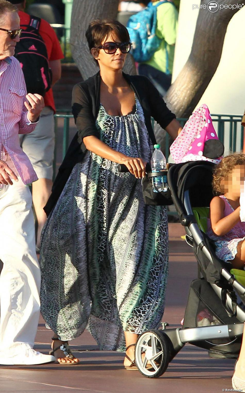 Halle Berry, enceinte, emmène sa fille Nahla à Disneyland à Anaheim, le 22 juillet 2013.