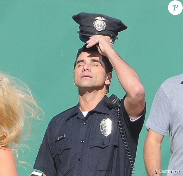 Le séduisant John Stamos sur le tournage d'une publicité pour un yaourt Dannon Oikos Greek, à Los Angeles, le 22 juillet 2013.