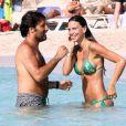 Claudia Galanti et son chéri Arnaud Mimran, amoureux et détendus en vacances à Formentera. Le 21 juillet 2013.