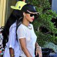 Rihanna porte un t-shirt transparent à la sortie de son hôtel à Stockholm avec sa meilleure amie Melissa Forde, le 22 juillet 2013.