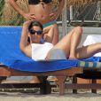 Eva Longoria se prélasse sur une plage de Marbella avec son petit ami Ernesto Arguello, le 4 août 2013.