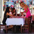 Nabilla donne la réplique à Shauna Sand sur le tournage d'Hollywood Girls 3, à Los Angeles, le 8 août 2013