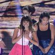 La jolie Lea Michele, entourée de ses amis de Glee, Amber Riley, Kevin McHale et Jenna Ushkowitz, a reçu des mains de Lily Collins le prix de meilleure actrice de série comique aux Teen Choice Awards, à Los Angeles, le 11 août 2013.