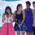 Lea Michele, entourée de ses amis de Glee, Amber Riley, Kevin McHale et Jenna Ushkowitz, a reçu des mains de Lily Collins le prix de meilleure actrice de série comique aux Teen Choice Awards, à Los Angeles, le 11 août 2013.