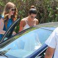 Lea Michele sort de chez des amis à Los Angeles, le 11 août 2013.
