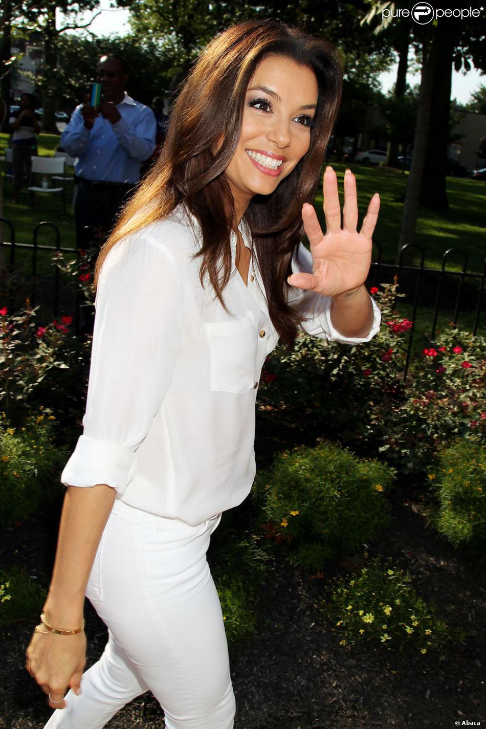 Eva Longoria s'est rendue dans le New Jersey le 12 août 2013, afin de participer à deux meetings du candidat démocrate et maire de Newark Cory Booker, lequel brigue un poste de candidat au Sénat contre ses adversaires qu'il affronte dans une primaire dont le vote a lieu le 13 août 2013.