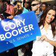 L'actrice Eva Longoria s'est rendue dans le New Jersey le 12 août 2013, afin de participer à deux meetings du candidat démocrate et maire de Newark Cory Booker, lequel brigue un poste de candidat au Sénat contre ses adversaires qu'il affronte dans une primaire dont le vote a lieu le 13 août 2013.