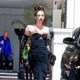 Lady Gaga s'arrête prendre quelques photos avec ses fans à la sortie du Chateau Marmont à West Hollywood, le 15 août 2013.