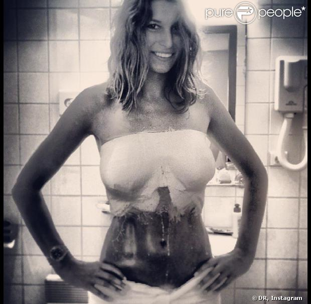 Laury Thilleman en plein moulage de son buste pour l'association Keep a Breast en août 2013