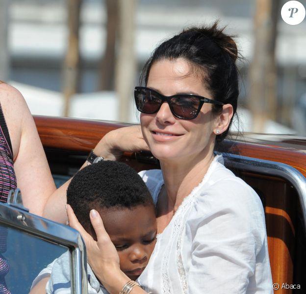 Sandra Bullock débarque en Italie avec son fils Louis, pour le 70e festival du film de Venise, le 27 août 2013.